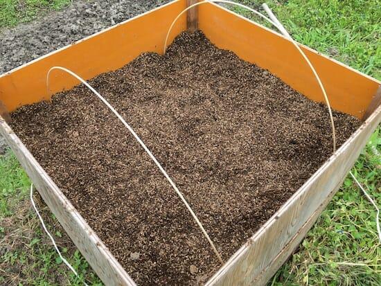 籾殻堆肥の熟成過程 - 7ヶ月後には黒っぽくなってきた