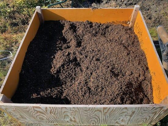 籾殻堆肥の熟成過程 - 10ヶ月後には更に色が濃く
