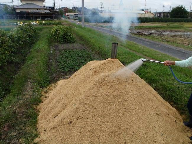水を掛ける - もみ殻くん炭作り
