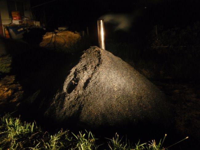 夜通し掛かる - もみ殻くん炭作り