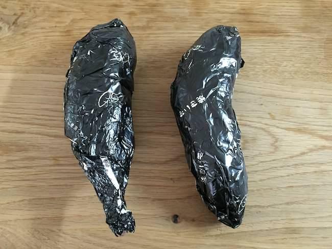 サツマイモを包む - 東洋 石焼いも黒ホイル