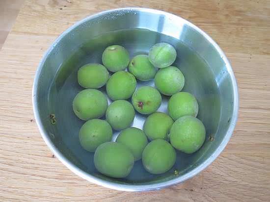 梅を水洗い