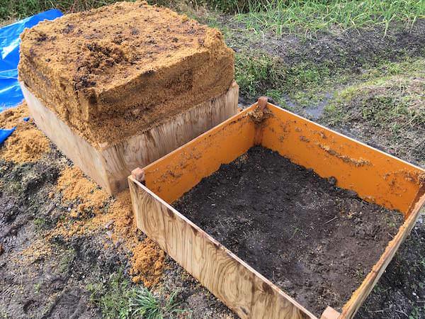 上段を外して堆肥の切り返し作業