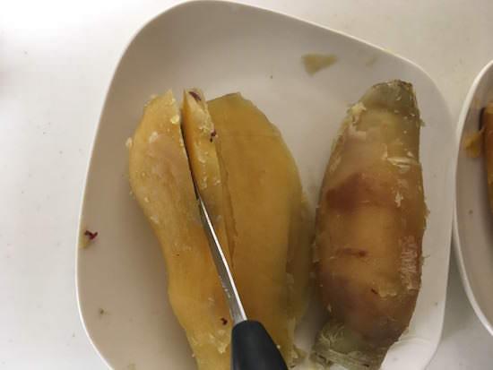 干し芋用にサツマイモを切る