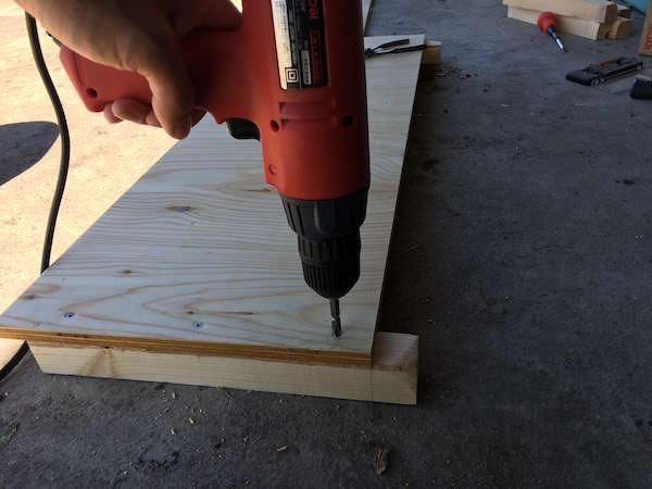 木ネジで板と角材を固定