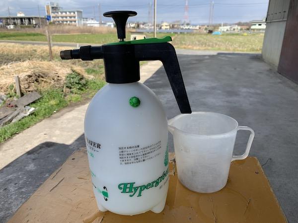 作った農薬を噴霧器に入れる
