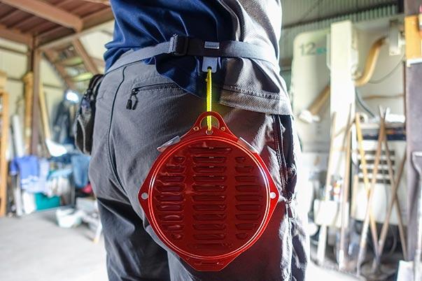 森林香の携帯ケースを腰ベルトに引っ掛ける