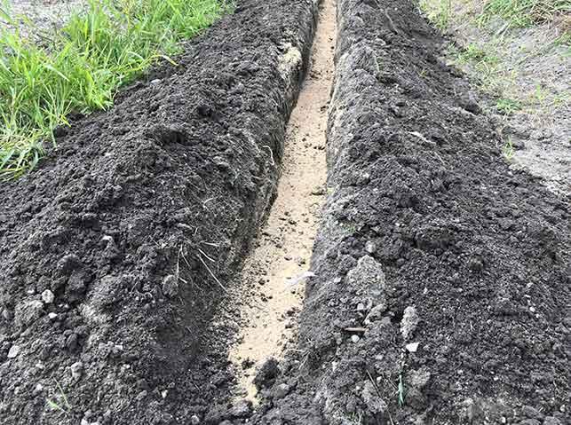 長ネギの畝に植え溝を掘り、溝肥を施す