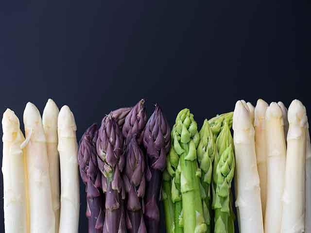 緑・紫・白色のアスパラガス