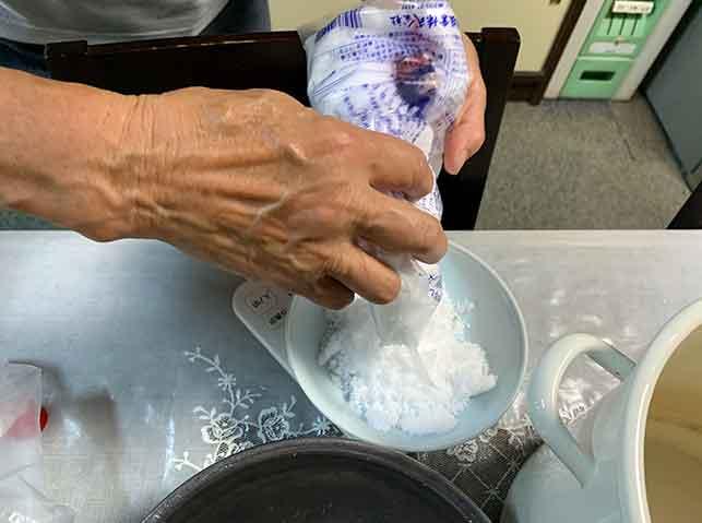 梅の重量の18%の塩を用意する