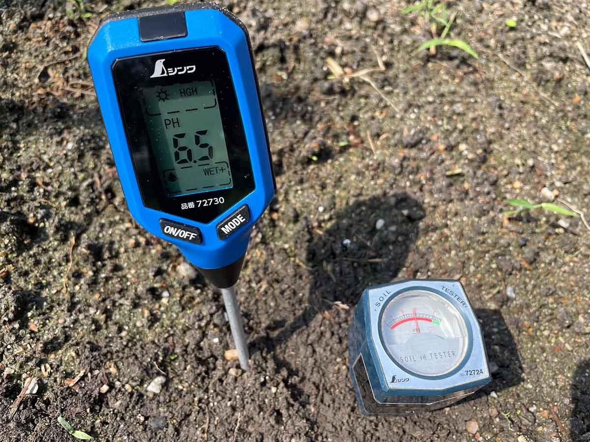 シンワ測定のアナログ/デジタル土壌酸度計の測定値を比較